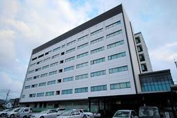 KYB子会社製のオイルダンパーが使われていた豊岡市役所=豊岡市中央町