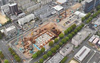 2019年秋の開院を目指し、熊本市東区東町で移転新築工事が進む市民病院=今年4月5日(高見伸)