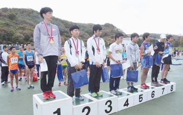 ハーフの部男子で総合優勝した阿部亮介さん(左端)と29歳以下で入賞した各選手