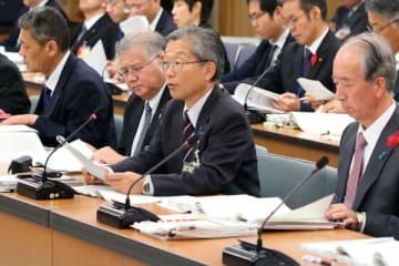 【平成29年度の財務状況を報告する稲垣副知事(右から2人目)=三重県議会議事堂で】