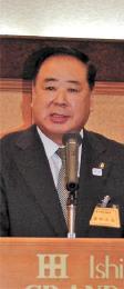 新会長に選出され、あいさつする谷藤盛岡市長