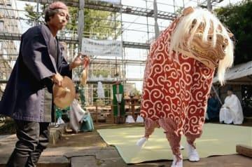 更地となった木山神宮の本殿前で獅子舞を奉納した益城復興獅子舞保存会のメンバー=17日、益城町