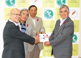 ビールパーティーの収益金を手渡す3地区の代表者ら(左の3人)=提供写真