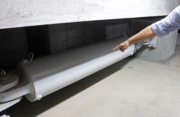 習志野市役所地下に設置されている免震オイルダンパー=17日