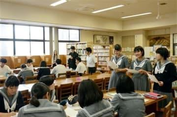 自ら取り組む研究について、英語でプレゼンテーションする済々黌高の生徒ら=熊本市中央区