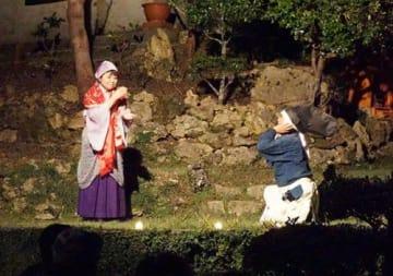 手話で劇「かぐや姫」 中城で上演 上田、青木さんが表現豊かに