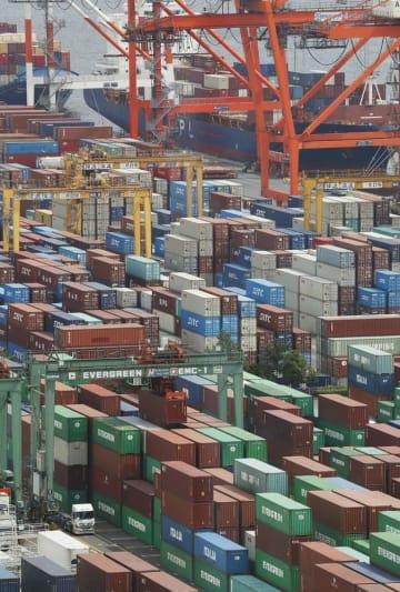 輸出入のコンテナが並ぶ東京港=7月、東京都江東区