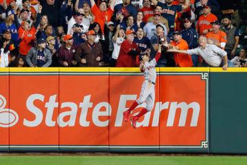 アルトゥーベの打球を捕球しようとしたRソックス・ベッツ【写真:Getty Images】