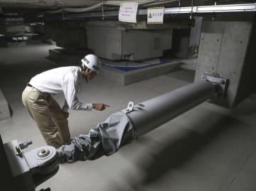 大阪府庁本館で使われているKYB製の免震用オイルダンパー