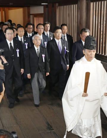 集団で参拝に向かう「みんなで靖国神社に参拝する国会議員の会」のメンバーら=18日午前、東京・九段北