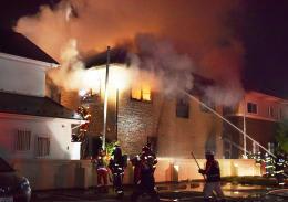 激しく燃える住宅=18日午前2時59分、仙台市太白区郡山1丁目