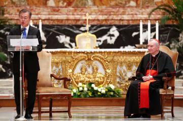 朝鮮半島の平和を祈るミサに参加した韓国の文在寅大統領(左)と、ローマ法王庁のパロリン国務長官=17日、バチカン(ロイター=共同)