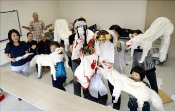 イタリア公演に向けて練習に励むあわ工芸座のメンバー=徳島市のふれあい健康館