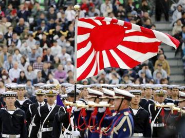 2018年10月14日、陸上自衛隊朝霞訓練場での陸自観閲式。掲げられた旭日旗と整列した海上自衛官