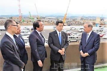 大沢知事(右)の案内でコンベンション施設を視察する石井国交相(右から2人目)
