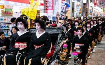 博多献上道中 11月3日福岡市 黒留め袖姿の女性練り歩く