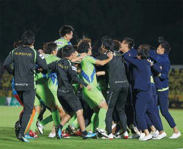 決勝進出を決め歓喜するベルマーレの選手ら(提供写真)