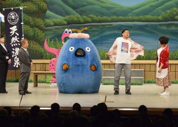「なんばグランド花月」で吉本新喜劇に出演した青森県の三村申吾知事(右から2人目)=18日午後、大阪市
