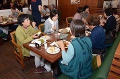 真備の被災者招き励ましの食事