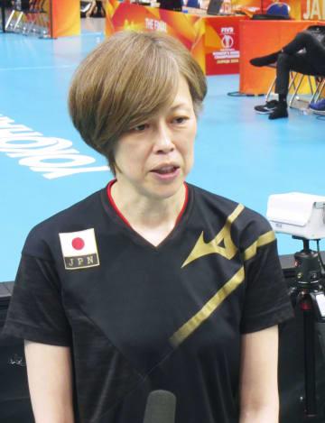 練習後、取材に応じる中田久美監督=18日、横浜アリーナ