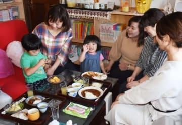 「まるこ子供食堂」で食事をする親子連れら=曽於市財部