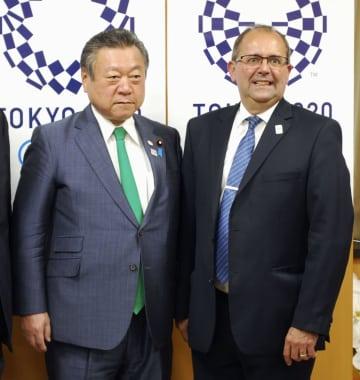 会談した桜田五輪相(左)とIPCのゴンザレスCEO=18日午後、内閣府