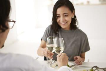 本来なら2人の距離を縮めるはずの食事デートで、嫌われてしまう人たちがいます。彼らはどのような行動で相手の眉をしかめさせているのでしょうか?