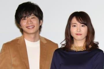 連続ドラマ「獣になれない私たち」に出演している新垣結衣さん(右)と田中圭さん