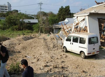 爆発があった民家の敷地=18日午後、鹿児島県喜界町(同町役場提供、車のナンバーを画像加工しています)