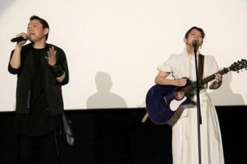 映画「音量を上げろタコ!なに歌ってんのか全然わかんねぇんだよ!!」のライブイベントで熱唱する吉岡里帆さん(右)と阿部サダヲさん