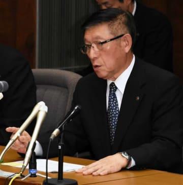 防衛省の説明に対し、質問する佐竹知事