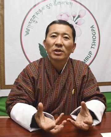 18日、ブータンの首都ティンプーでインタビューに応じる協同党のロテ・ツェリン党首(共同)