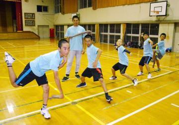 小中学生に正しい投球フォームを教える大隈浩さん=多久市
