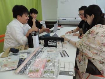 「みん100」の運営メンバーと開発された商品。消費者のアイデアを生かしている(大阪市)