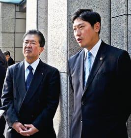 JXTGエネルギー本社訪問後、取材に応じる青山市長(右)と金浜市議会議長=18日午後3時45分、JXTGエネルギー本社前
