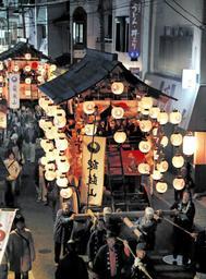 宵宮で城下町を巡行する鉾山=2016年10月、篠山市内