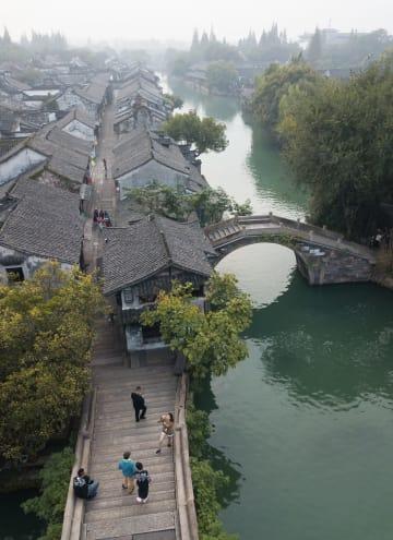 霧が立ち込める早朝の水郷 浙江省烏鎮