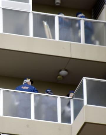男性と妻が血を流して倒れているのが見つかったマンションを調べる埼玉県警の捜査員=19日午前9時28分、埼玉県和光市