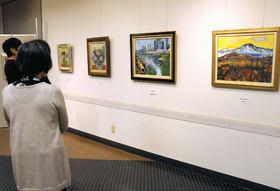 会員の個性豊かな油彩画がずらりと並ぶのばら会油彩画展