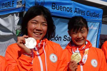 金メダルの尾﨑野乃香(右)と銅メダルの鏡優翔