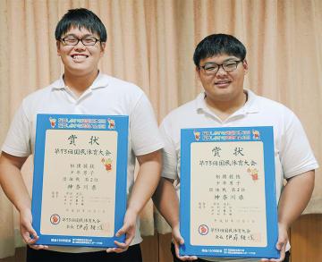 国体の賞状を手にする松村君(右)、津田君