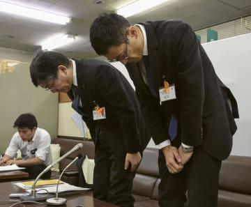記者会見で謝罪する広島県教委の担当者=19日午後、広島県庁