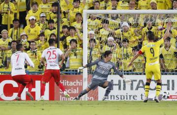柏―名古屋 前半、先制ゴールを決める名古屋・前田(左から2人目)。柏・GK桐畑=三協F柏