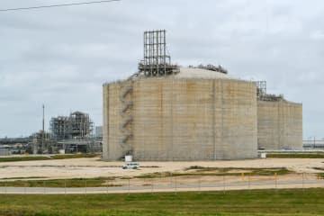 東芝のLNGを貯蔵している米テキサス州のガス基地(共同)