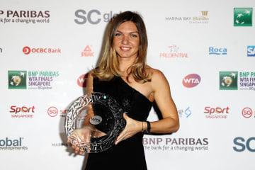 女子テニスツアーで今季最優秀選手のトロフィーを手に笑顔のシモナ・ハレプ=19日、シンガポール(ゲッティ=共同)