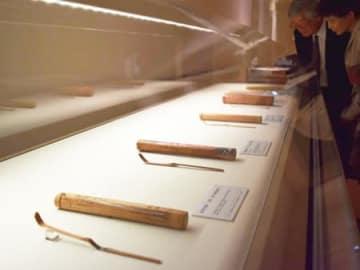 作者の人柄や美意識を映した茶杓約100点が並ぶ特別展(甲賀市信楽町・MIHO MUSEUM)