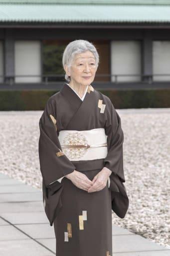 84歳の誕生日を迎えられた皇后さま=宮殿・中庭(宮内庁提供)