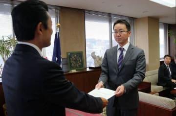 要望書を平井竜一逗子市長に提出する滋野秀昭三浦半島地域連合議長