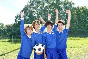 ドラマ「部活、好きじゃなきゃダメですか?」のクランクアップを迎えた(左から)岩橋玄樹さん、高橋海人さん、神宮寺勇太さん、森本慎太郎さん(C)NTV・JS