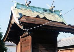台風で銅板が剥がれた屋根(9月5日、新木さん提供)